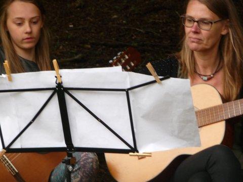 May en Melania spelen voor het Regenwoud